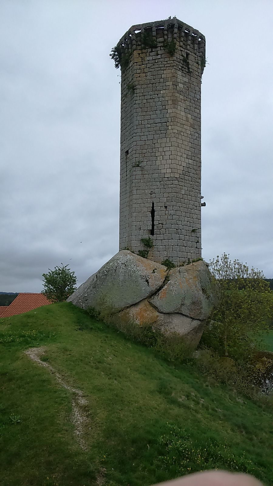 La Clauze, Tour exagonale sur un piédestal rocheux