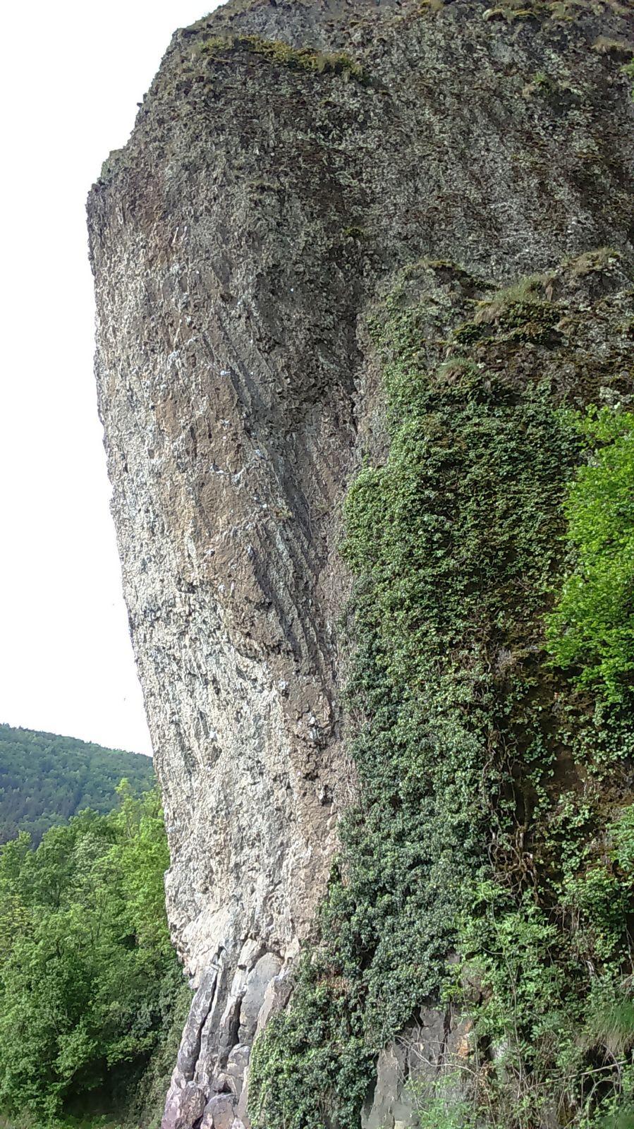 ça ne se voit pas mais il y a des prises pour les grimpeurs