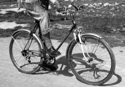 1952 - VTT de Jean-Louis Swiners: suspension avant, pneus demi-ballon, double-plateau
